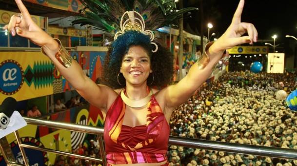 """O povo faz samba o ano todo. Vir para a Avenida é o desaguar disso"", defende Juliana Ribeiro"