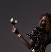 Empresária queniana Liz Ogumbo lança marca de vinhos em Salvador